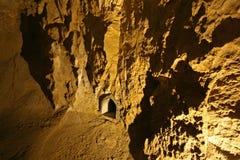 Interior iluminado da caverna fotografia de stock