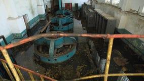 Interior industrial de uma construção abandonada velha da fábrica filme