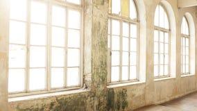 Interior industrial del vintage con la luz brillante que viene a través de ventanas imagen de archivo