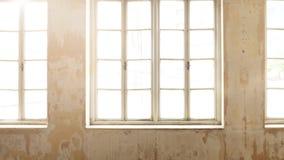 Interior industrial del vintage con la luz brillante que viene a través de ventanas fotos de archivo