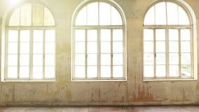 Interior industrial del vintage con la luz brillante que viene a través de ventanas foto de archivo libre de regalías