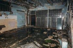 Interior industrial escuro da oficina abandonada arruinada da fábrica Fotos de Stock Royalty Free