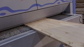 Interior industrial, processo em uma f?brica de woodworking, produ??o do trabalho da mob?lia video estoque