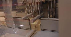 Interior industrial, vendo um bloco de madeira, uma máquina de sawing para um bloco de madeira, madeira de madeira da máquina do  video estoque