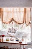 Interior inglés de la sala de estar del vintage del país con la luz natural Imagen de archivo