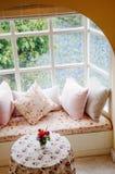 Interior inglés de la sala de estar del vintage del país con la luz natural Foto de archivo libre de regalías