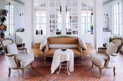 Interior inglés de la sala de estar del vintage del país con la luz natural Fotos de archivo libres de regalías