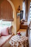 Interior inglés de la sala de estar del vintage del país con la luz natural Fotos de archivo