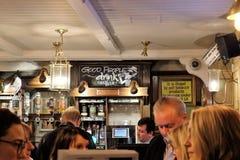 Interior inglês do pub fotos de stock