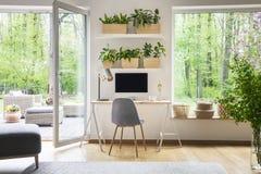 Interior inspirado del espacio de trabajo para un freelancer con el ordenador Foto de archivo libre de regalías