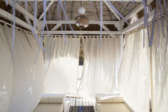 Interior interior acogedor de la casa de planta baja con las paredes de la tela en colo en colores pastel Imágenes de archivo libres de regalías