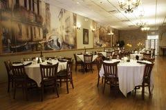 Interior italiano do restaurante - sala de jantar principal Imagem de Stock