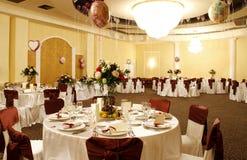 Interior largo do salão de baile do partido ou do banquete imagem de stock royalty free