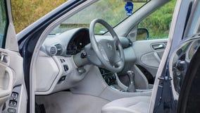 Interior limpio, brillante, costoso del coche - fabricante alemán, sedán Fotos de archivo