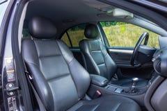 Interior lujoso alemán de la limusina - sedán, asientos de cuero Imagenes de archivo