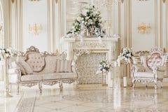 Interior lujoso del vintage con la chimenea en el estilo aristocrático fotografía de archivo libre de regalías