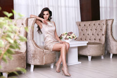 Interior luxary del maquillaje de la joyería del vestido de la mujer atractiva hermosa Fotografía de archivo libre de regalías