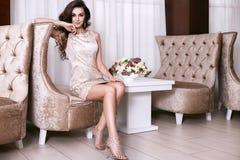 Interior luxary del maquillaje de la joyería del vestido de la mujer atractiva hermosa Foto de archivo libre de regalías