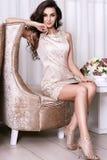 Interior luxary del maquillaje de la joyería del vestido de la mujer atractiva hermosa Imágenes de archivo libres de regalías