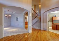 Interior luxuoso da casa com arcadas e teto alto Fotografia de Stock Royalty Free