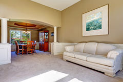 Interior luxuoso da casa com colunas brancas Imagem de Stock