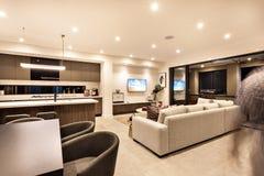 Interior luxuoso da casa com sala de visitas e a cozinha fotografia de stock