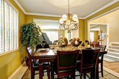 Interior luxuoso da casa Mesa de jantar servida na sala brilhante Imagem de Stock