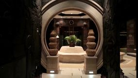 Interior luxuoso da entrada com estátuas recepção do hotel com estátuas Interior luxuoso da entrada Interior da entrada do hotel  Foto de Stock Royalty Free