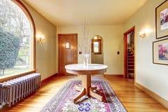 Interior luxuoso da HOME da entrada com mesa redonda. Fotografia de Stock