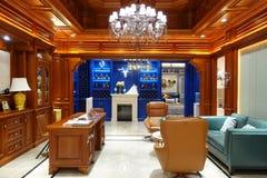 Interior luxuoso da sala de visitas da casa moderna foto de stock royalty free