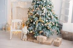 Interior luxuoso da sala de visitas decorado com a árvore de Natal chique Fotografia de Stock