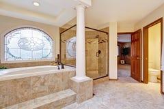 Interior luxuoso do banheiro com colunas imagem de stock royalty free