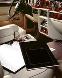 Interior luxuoso do carro com livros foto de stock