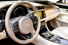 Interior luxuoso do carro de Jaguar fotos de stock royalty free