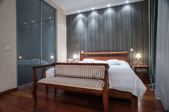 Interior luxuoso do quarto - tiro da noite Fotos de Stock Royalty Free