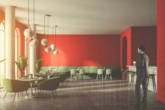 Interior luxuoso do restaurante do sofá verde, homem de negócios Imagens de Stock Royalty Free