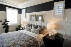 Interior maravillosamente diseñado del dormitorio Fotos de archivo libres de regalías