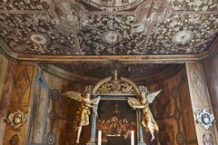 Interior medieval de la iglesia del bastón de Lom Tejado y altar herencia Foto de archivo