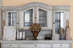 Interior mediterráneo - estante con clase fotos de archivo