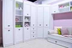 interior moderno acolhedor da sala de visitas com armário foto de stock royalty free