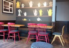 Interior moderno, assentando em um restaurante ou em uma cafetaria Imagens de Stock