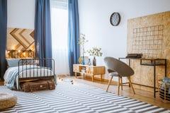 Interior moderno azul del dormitorio Foto de archivo libre de regalías
