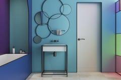 Interior moderno azul do banheiro, porta Imagens de Stock Royalty Free