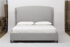 Interior moderno branco e cinzento com uma cama de div? dobro - imagem do quarto imagem de stock