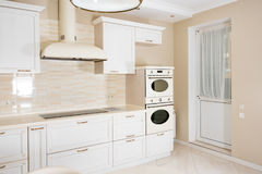 Interior moderno, brilhante, limpo da cozinha em uma casa luxuosa Design de interiores com elementos do clássico ou do vintage pr foto de stock