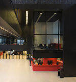 Interior moderno da biblioteca fotografia de stock