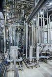 Interior moderno da cervejaria Sistema de encanamentos, de bombas e de cubas Fotografia de Stock Royalty Free