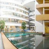 Interior moderno da construção do negócio e de compra com árvores e água Fotos de Stock Royalty Free