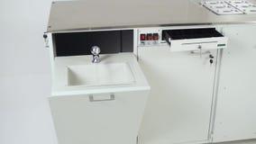 Interior moderno da cozinha com bonde grampo Grupo futurista da cozinha video estoque