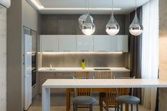 Interior moderno da cozinha na casa luxuosa nova, apartamento Imagem de Stock